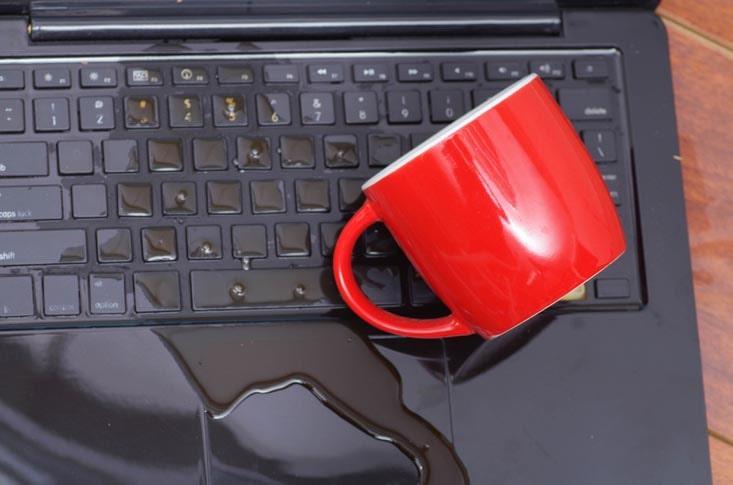 Vätska på bärbar dator